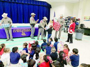 Llevan Troopers regalos a niños