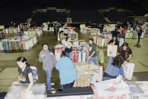 Envuelven más de 15 mil regalos