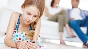 Niña de 13 años apuñala a sus padres por quitarle el celular como castigo
