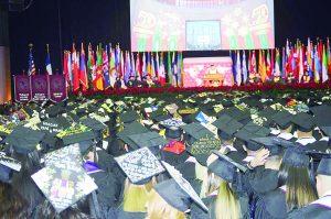 Gradúan 800  universitarios