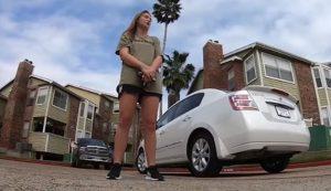 Clientes regalan auto a mesera en Texas