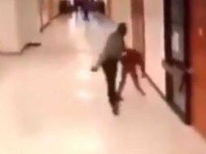 Captan a policía golpeando brutalmente a niño en escuela
