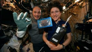 Hornean la primer galleta navideña a bordo de Estación Espacial Internacional