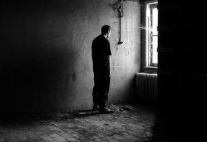 Cuida el cadáver de su padre casi un mes por miedo a estar solo