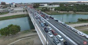 PAISANOS Cruzan la frontera en CARAVANA hacia México