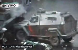Prensan a joven manifestante tanquetas durante protestas en Chile