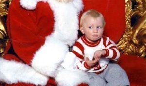 Lo sentaron con Santa y usó un código de señas que su mamá le enseñó; Estaba pidiendo ayuda