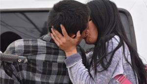 Sin importar que su novio estuviera esposado, lo despide con un romántico beso