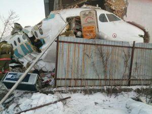 Un avión se estrella en Kazajistán con 100 personas a bordo