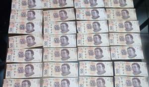 Cajero le lanza 150 billetes de 500 pesos y los devuelve