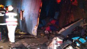 Mueren 12 al volcar camión que se dirigía a Torreón; hay menores