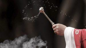 Un pastor confundió nafta con agua bendita; causa incendio