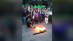 Feministas queman la bandera del Club América tras burlas