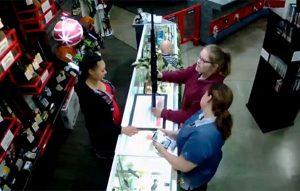 Bebé se cae de vitrina mientras su madre compraba un rifle (VIDEO)