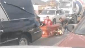 En Saltillo un ataúd cae de carroza en plena calle rumbo al panteón (video)