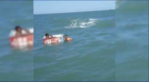 VIDEO: ¡Increíble! Rescatan a 2 náufragos que flotaban en una hielera