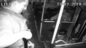 Ladrón se dispara cuando intenta asaltar a pasajeros (VIDEO)