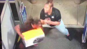 VIDEO: Empleada taclea a ladrón que intentaba escapar