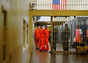 Guardias desnudan a niña que fue a visitar a su papá a cárcel en EU