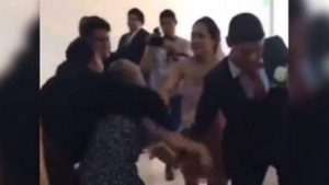 Mujer intenta impedir boda y se le va a los golpes a la novia