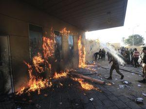 EU envía refuerzos mientras los manifestantes intentan ingresar al compuesto de la embajada de los EU en Bagdad