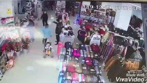 Captan a mujer intentando robarse a un niño en una tienda comercial