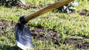 Hombre se entierra palo de azadón en el trasero mientras hacía el aseo