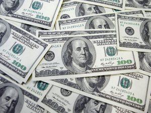 Banco gira por error millones de dólares a mujer en Texas