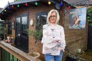 Mujer construye bar en su jardín para que su esposo no huya por las noches