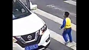 Pequeño héroe defiende a su mamá de auto que la atropelló
