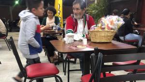 Rompe en llanto tras invitar taquitos a un abuelito que vendía dulces