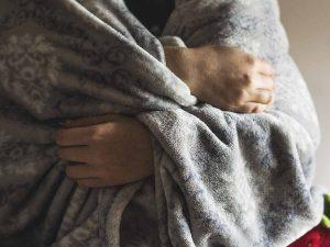 Hombre muere de hipotermia; dio cobija a su niña para no pasar frío
