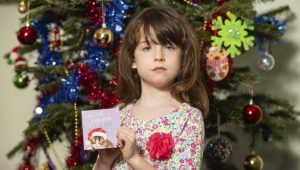 Niña descubre en tarjeta navideña un inquietante grito de auxilio