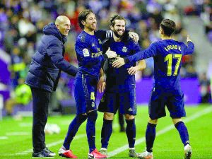 El Real Madrid vence por la mínima al Valladolid y escala a la cima
