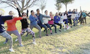 Disfrutan de clase de yoga con el master Jorge Espinoza
