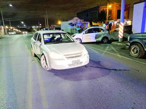 Causa daños a 3 vehículos en un encontronazo