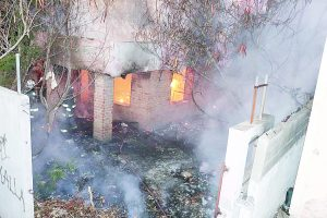 Queman malvivientes casa abandonada