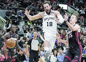 Escapan Spurs con el triunfo