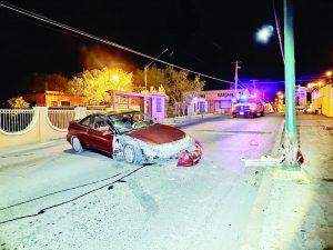 Daña poste y deja  el vehículo dañado
