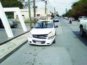 Por falta de cuidado destroza 2 vehículos