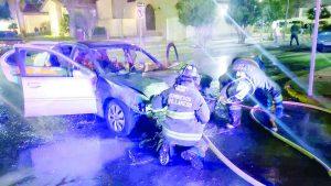 Alcanza a salir de auto en llamas