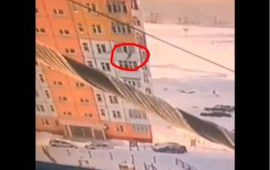 Mujer cae de noveno piso y se levanta como si nada (VIDEO)