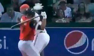Beisbolista enloquece y agarra a batazos a catcher