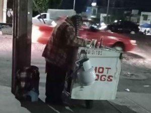 Don Abel no tenía clientes en su puesto de Hot Dogs y así lo ayudaron