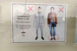 Bar prohíbe la entrada a hombres que 'muestren los tobillos'