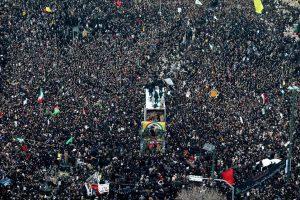 Miles de personas despiden al general Soleimani en Irán