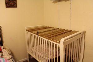 Detienen a madre y abuelos por encerrar a niños en jaulas de madera