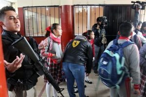 Detienen por armas a abuelo de niño que disparó en colegio