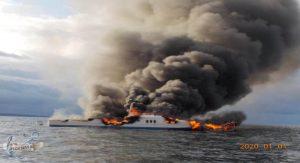 Se incendia yate en Baja California Sur; rescatan a 12 personas