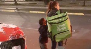 Madre con su hijo pequeño reparten UBER Eats a pie y se vuelven virales